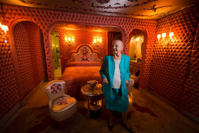 Hélène Martini, le 31 mai 2013 dans sa chambre décorée par l'artiste franco-russe Romain de Tirtoff.