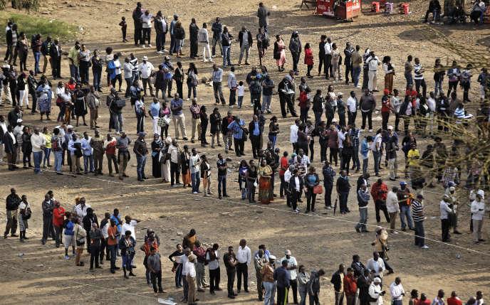 D'immenses files d'électeurs se sont formées dans tout le pays, mardi 8 août.