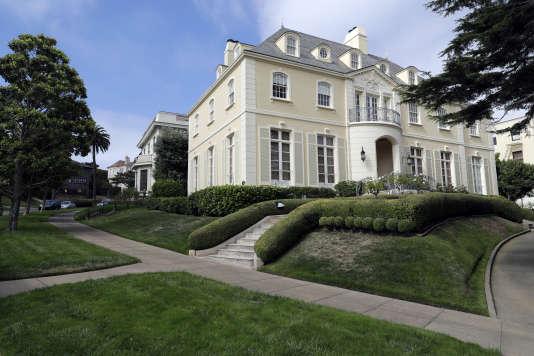 Cette rue gérée par une association des propriétaires depuis 1905 abrite les résidences de plusieurs personnalités américaines.