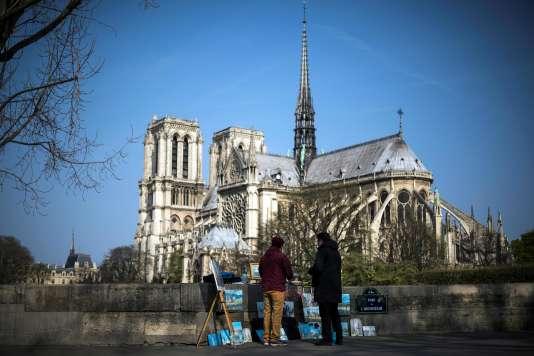Des touristes devant la cathédrale Notre-Dame-de-Paris.