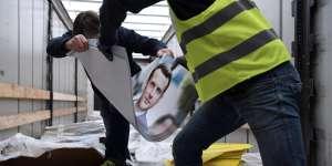 Des affiches électorales du candidat Emmanuel Macron sont entreposées à Gonesse, au nord de Paris, le 4 avril 2017.