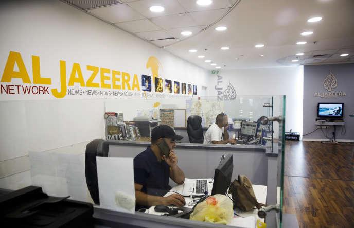 Des employés d'Al-Jazira dans les locaux de la chaîne à Jérusalem, le 8août 2017.