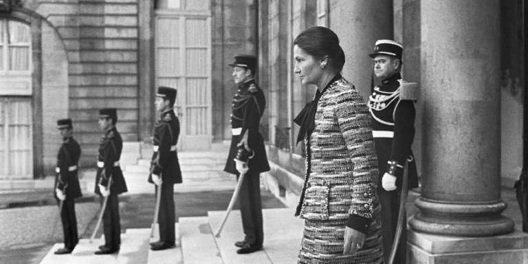 Simone Veil, ici en 1974, alors ministre de la santé, quittant le palais de l'Elysée.