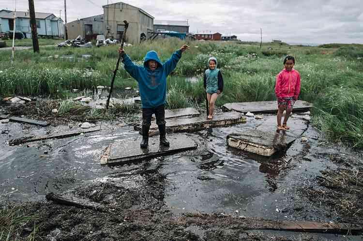 Le village connaît des inondations régulières, dues au réchauffement climatique, notamment durant les fortes pluies, et lorsque la rivière déborde.