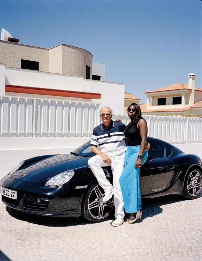 Agé de 68ans, André Detais vivait en Normandie avant de jeter son dévolu en 2017 sur un lotissement luxueux d'Azeitão, à environ 30km de Lisbonne. Il savoure sa retraite dans une villa flambant neuve, avec Luisa, boulangère angolaise rencontrée ici.