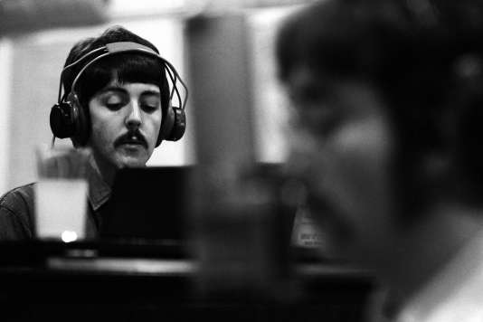 John Lennon (au premier plan) et Paul Mc Cartney dans les studios d'Abbey Road en 1967