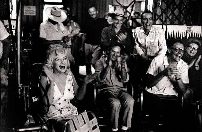 Au premier plan : Marilyn Monroe, l'acteurEli Wallach et Arthur Miller, alors époux de Marilyn. Derrière eux, Clark Gable et Montgomery Clift.