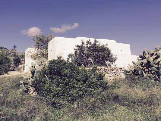 Plafonds de paille et murs blanchis à la chaux pour cette vieille ferme traditionnelle retapée par Jérôme Dreyfuss.