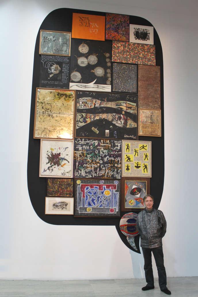 François Letaillieur devant la bulle «Bandes lettristes», de sa collection, lors d'une exposition au Palais de Tokyo en2012-2013.