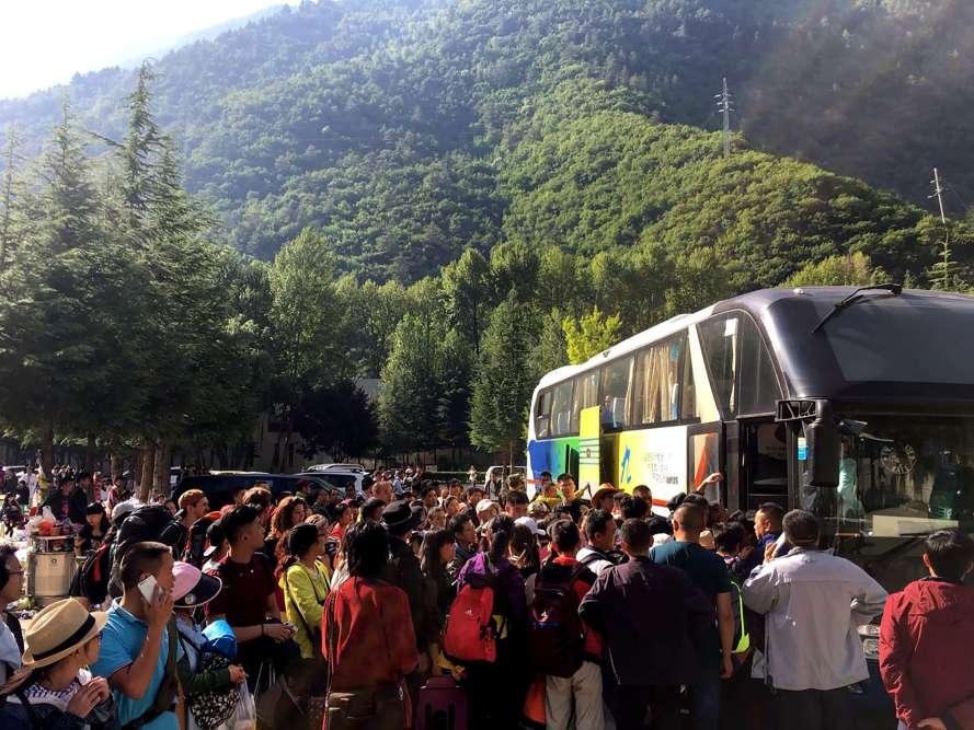 Au lendemain du séisme qui a touché la province du Sichuan, près de 60000personnes, dont une grande majorité de touristes, ont pu être transportées hors de la zone affectée par la secousse, à l'aide de plus de 8000véhicules.