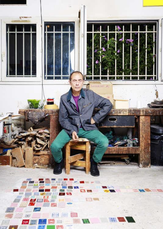 Jean-Luc Moulène devant sa collection de cartes à jouer, le 1er août.