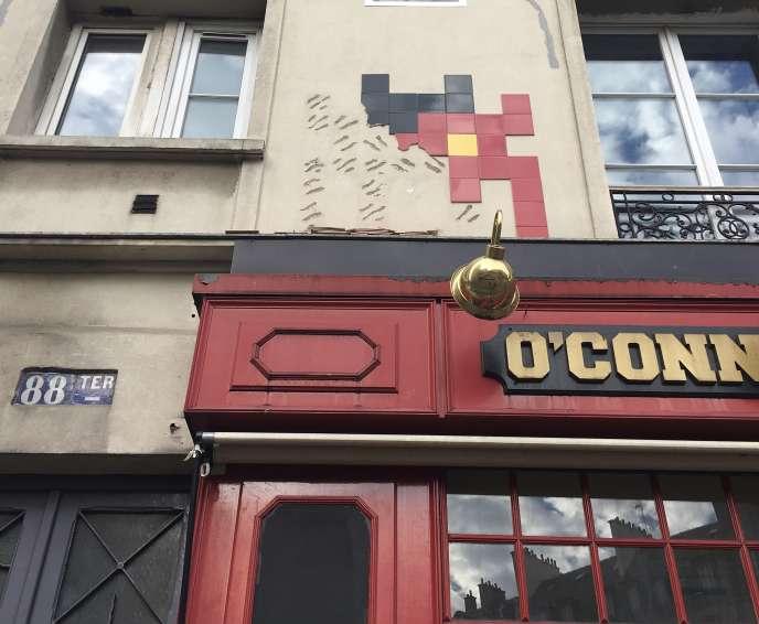 L'œuvre partiellement détruite de la rue Edouard-Lockroy, située devant la station de métro Parmentier (11e arr.). L'échelle des voleurs a été retrouvée devant, cassée en deux.