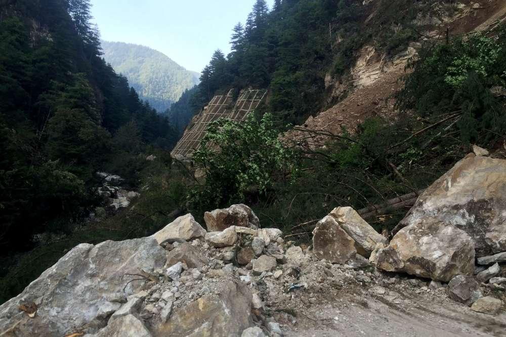 L'épicentre se trouvait à 284 km au nord de la capitale provinciale Chengdu et à une profondeur de 10 km, selon l'institut américain de géophysique USGS. Le secteur frappé par le séisme comprend notamment le parc national de Jiuzhaigou, une région reculée du plateau tibétain. Très fréquentée par les touristes, cette région est renommée notamment pour la beauté de ses lacs.