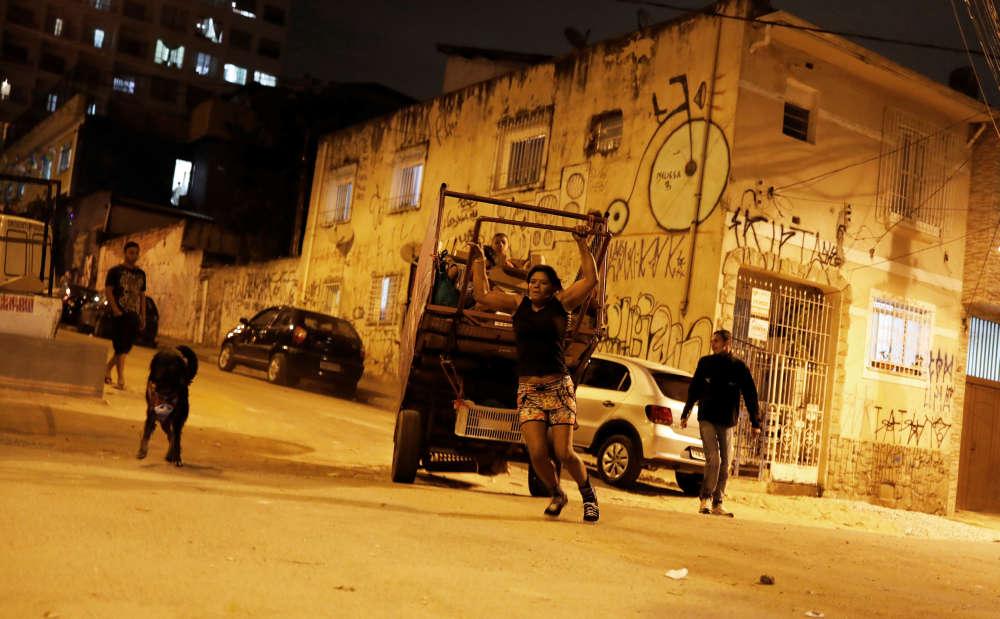 Fabiana fait partie de l'armée des nettoyeurs de rues qui sillonne Sao Paulo, ville de plus de vingt millions d'habitants.