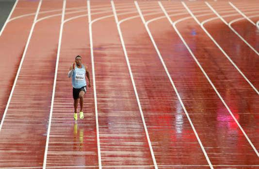 Isaac Makwala lors de son 200 m de rattrapage, couru seul, aux Mondiaux d'athlétisme à Londres, le 9 août . LUCY NICHOLSON / REUTERS