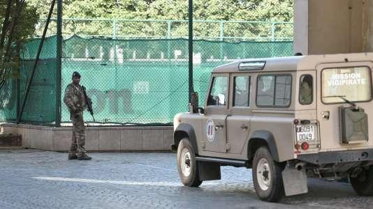Un militaire français patrouille aux abords du lieu de l'attaque à Levallois-Perret, le 9 août 2017.