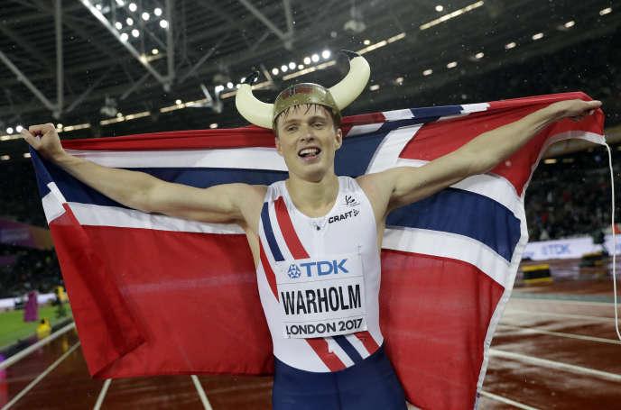Karsten Warholm est aux anges : il est champion du monde du 400 m haies à seulement 21 ans.