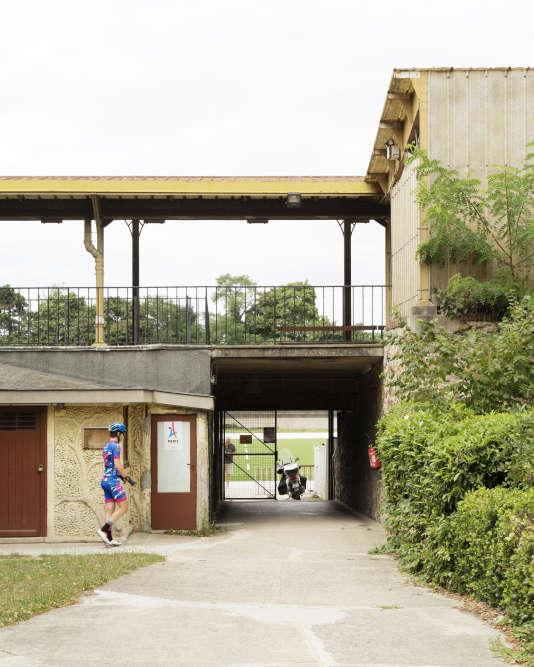 Vue de l'accès à la piste du vélodrome Jacques Anquetil. La tribune côté piste est abritée par une structure métallique de type Eiffel classée aux monuments historiques