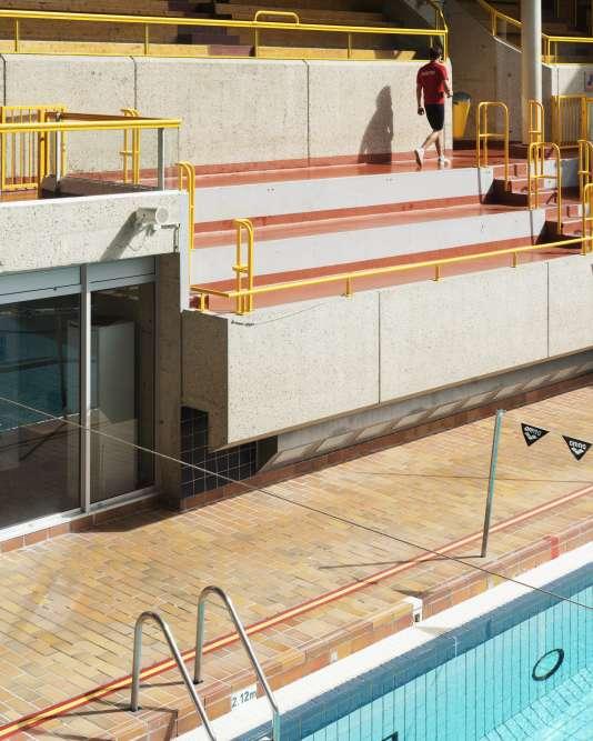 Vue des gradins, du bassin et d'un maitre nageur de la piscine Georges Vallerey, construite à l'occasion des jeux olympiques d'été de 1924