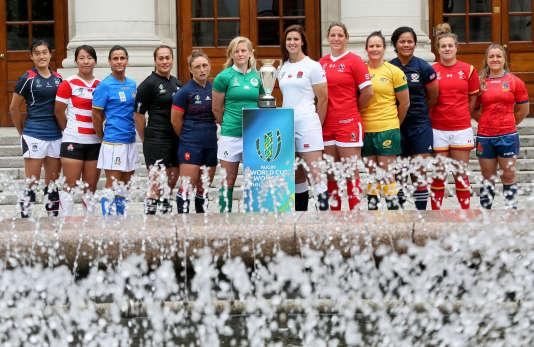 Les capitaines des douze sélections participant à la Coupe du monde 2017, dont la Française Gaëlle Mignot, posent devant le trophée à Dublin.