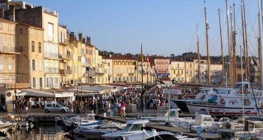 « L'immobilier à Saint-Tropez (Var) demeure inabordable : le prix médian pour un appartement y est de 7 290 euros du mètre carré, et de… 2,3 millions d'euros pour une maison, selon les chiffres des notaires». (Photo : le port de Saint-Tropez dans le Var).