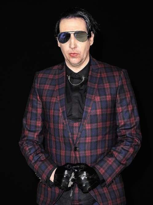 Cet été, Marilyn Manson se produit aux Jardins de la Palud à Landerneau, dans le cadre du festival Fête du Bruit. Est-ce pour cela qu'il affiche un visage radieux et un si grand sourire ? Non, Marilyn Manson est heureux car les raccords de carreaux entre la poitrine et les manches de son costume sont parfaitement réalisés, ce qui est signe d'une confection de qualité. C'est parfois simple, le bonheur.