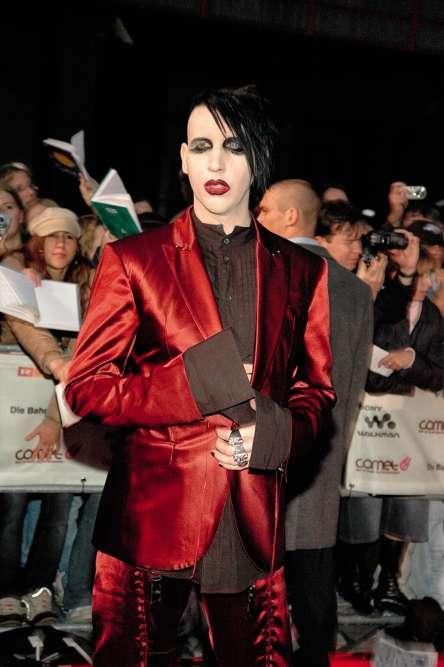 Deux ans plus tard, Marilyn Manson assiste aux Comet Awards, en Allemagne. Une petite pause bienvenue alors que les journées de l'artiste sont désormais remplies par l'animation de la Celebritarian Corporation, le mouvement artistique qu'il a créé afin de «vendre de l'ombre à ceux qui vivent dedans». Joli programme, monsieur Manson, mais n'oubliez pas de veiller aux longueurs de vos manches : celles de votre chemise ne doivent dépasser que d'un centimètre de celles de votre veste, pas plus!