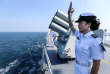 Une officier chinoise salue un navire russe à la fin d'un exercice militaire naval commun entre la Russie et la Chine, au large de Zhanjiang, en septembre 2016.