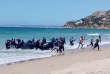 Des migrants débarquent sur une plage de Cadix, en Espagne.