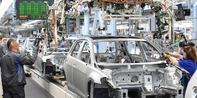 Chaîne de production automobile dans l'usine de Volkswagen à Wolfsburg, le 9 mars 2017.