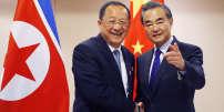 Les ministres des affaires étrangères coréen, Ri Yong Ho (à gauche), et chinois, Wang Yi, lors du sommet de l'Association des nations de l'Asie du Sud-Est (Asean)à Manille (Philippines), le 6 août 2017.
