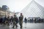 Patrouille de soldats de l'opération « Sentinelle» devant la pyramide du Louvre, à Paris, le 4 février 2017.