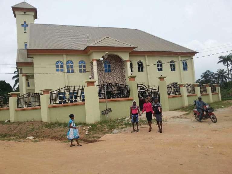L'église catholiqueSt Philippe d'Ozubulu, près d'Onitsha, dont le mécèneAloysius Nnamdi Ikegwuonu, alias « l'Evêque »,est désormais recherché par des tueurs qui ont fait onze morts, pendant la messe, dimanche 6 août.