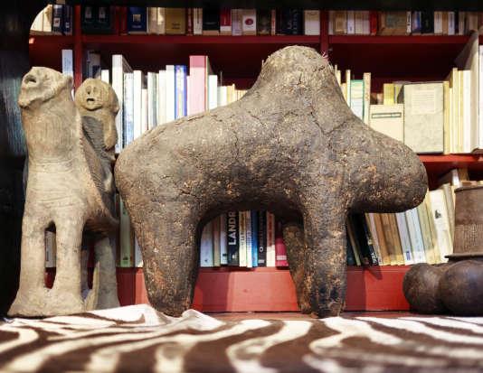 Le boli, fétiche communautaire bambara (Mali), se dresse sur le sol de la chambre, bordant une peau de zèbre. Il est le jumeau de celui que Michel Leiris a rapporté avec Marcel Griaule de l'expédition Dakar-Djibouti et qui est reproduit dans «L'Afrique fantôme»(publié en 1934 pour la première fois, l'ouvrage est disponible aux éditions Gallimard). C'est le fétiche préféré d'Emmanuel Pierrat, lequel assure «n'avoir jamais dormi sans (s)on Boli».