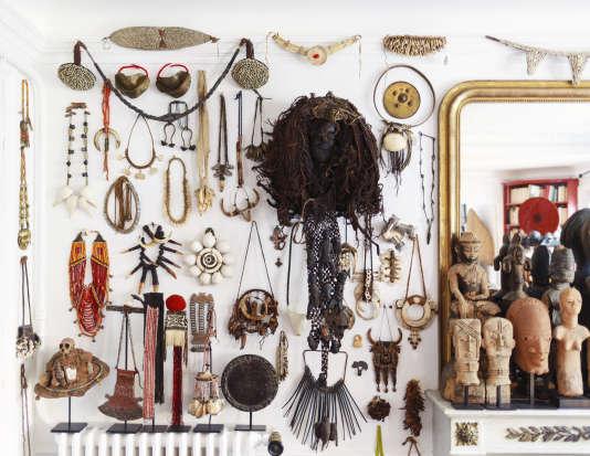 Des bijoux ethniques (dont beaucoup ont été portés par des chamanes) de Bornéo, du Nagaland, aux confins de l'Inde tribale et des contreforts de l'Himalaya, du Népal, de Namibie, du Bénin ou encore des Philippines, sont accrochés aux murs, aux côtés d'un redoutable masque fétiche venu des forêts africaines.