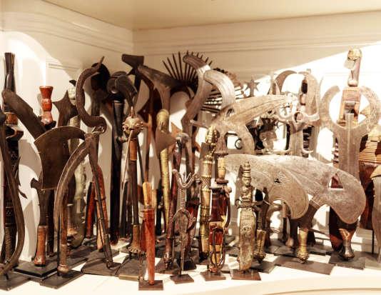 Des centaines d'armes blanches africaines s'entassent, vigilantes: «Ce sont des beautés fatales, qui ont servi à la guerre, à la chasse, ou bien de monnaie».