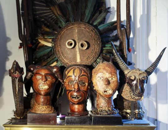Les cimiers eko du Nigéria, en peau d'antilope et cheveux humains, défendent un masque pende (RDC).