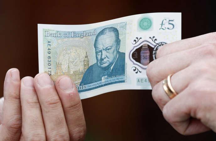 La Banque d'Angleterre a mis en circulation en mai de nouveaux billets de 5 livres en polymère à l'effigie de Winston Churchill.