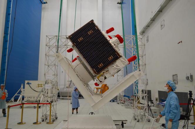 Le satellite Micius, lors d'un test de ses panneaux solaires, en juillet 2016, peu avant son lancement.