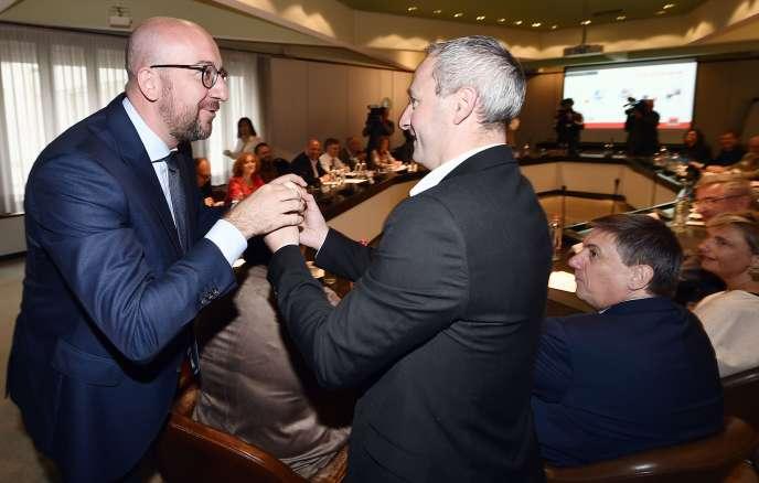 Le premier ministre Charles Michel (à gauche) et Philippe Duvivier, le président de Fugea (syndicat pour une agriculture durable), le 10 août, en Belgique.