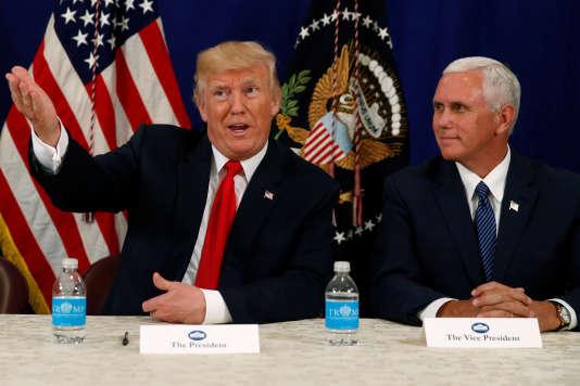 Donald Trump et le vice-président Mike Pence (à droite) devant des reporters après un briefing sur la sécurité nationale, au golf Trump National de Bedminster dans le New Jersey, le 10 août.