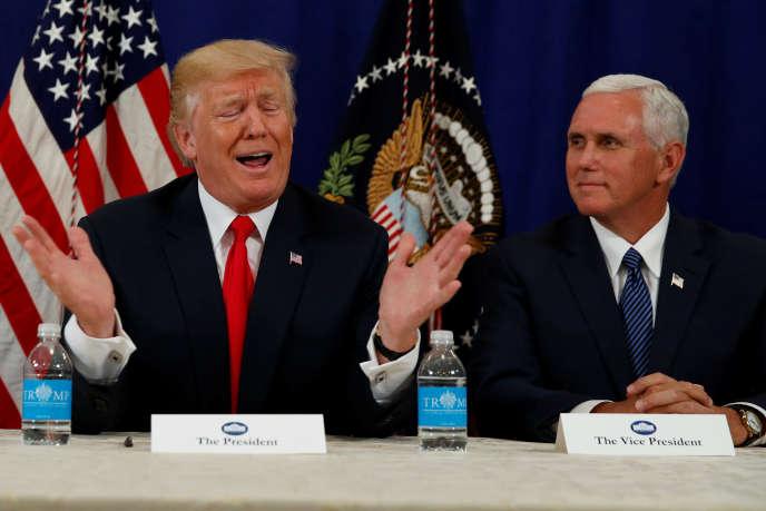 Donald Trump et le vice-president, Mike Pence (à droite), lors d'une conférence de presse sur son lieu de vacances, le golf deBedminster dans le New-Jersey.