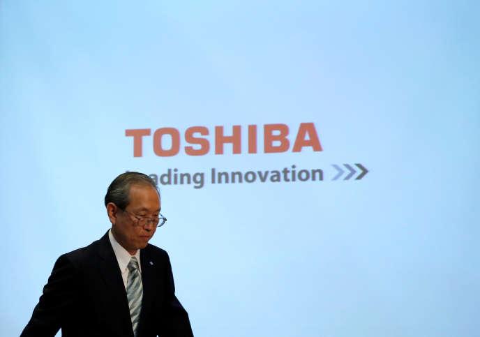 Satoshi Tsunakawa, le patron de Toshiba, lors de l'annonce des résultats 2016 du groupe électronique japonais, à Tokyo, le 10 août.
