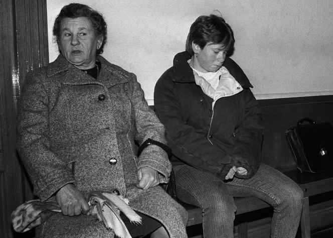 Murielle Bolle, accompagnée de sa mère attend, le 30 janvier 1986 au palais de Justice de Dijon, où elle doit être entendue par le juge Waultier.