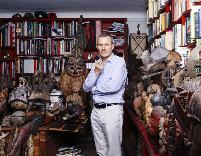 Dans son salon à Paris, saturé de ses collections de «curiosa» et d'art tribal, l'avocat Emmanuel Pierrat chez lequel on ne dîne plus, la table à manger ayant été sacrifiée faute de place.