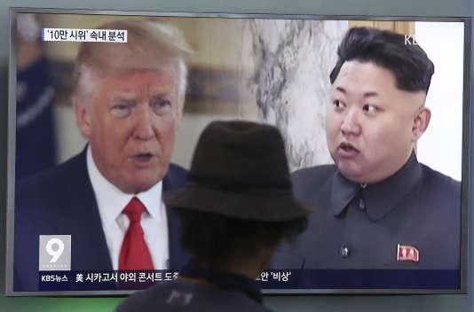 Un programme télé d'une chaîne sud-coréennemontre le président Donald Trump et le leader nord-coréen Kim Jong-un, à Séoul, le 10août.