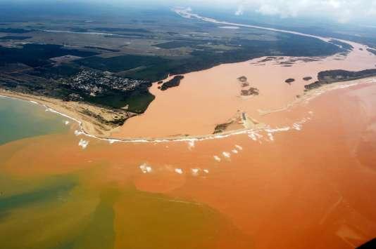 Vue aérienne après la catastrophe écologique du Rio Doce (Brésil), le 24 novembre 2015.