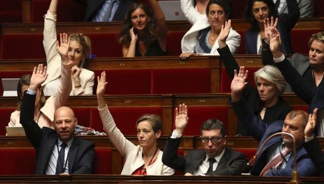 Les députés de la République en marche votent à main levée, à l'Assemblée nationale, le 9 août.