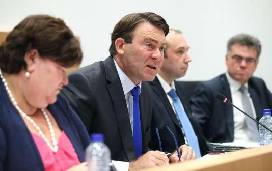 Denis Ducarme, ministre de l'agricuture de Belgique (au centre), lors d'une audition publique au Parlement fédéral, le 9 août.