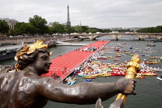 Vue depuis le pont Alexandre-III, à Paris, une piste d'athlétisme flottante est installée sur la Seine pour promouvoir la candidature de la ville, le 23 juin.
